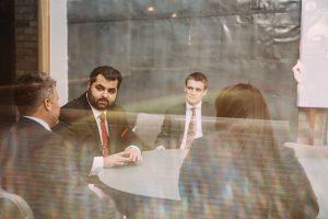Los abogados de Sharifi y Baron en una reunion